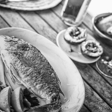 Fisch und Wein im Hof